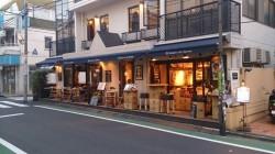 スクールの目の前にある人気店フィガロ誌で「パリ一番のクレープリー」に6年連続で選ばれたブレッツカフェ。